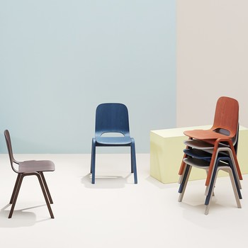 Stühle gestappelt bunt