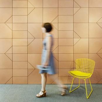 Gelber Stuhl mit laufender Frau
