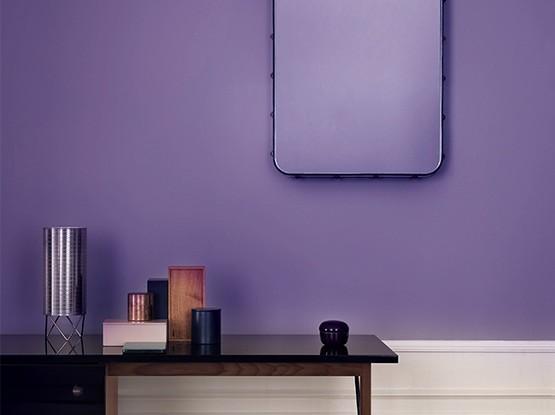Violette Wand mit Tisch