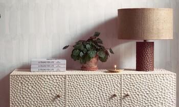 Zanat Regal mit Lampe und Blumentopf darauf