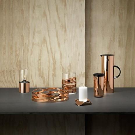Kupferfarbende Kerzenständer und Vasen