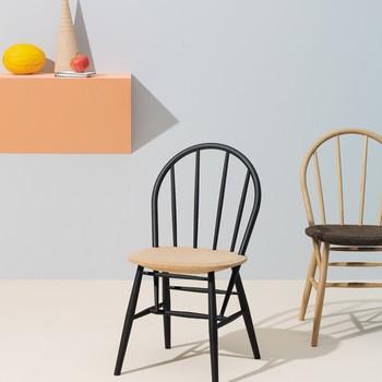 Zwei Stühle mit Wandregal