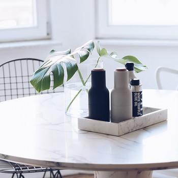 Esstisch mit Öl und Essig