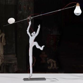 Ingo Maurer - Ru Ku Ku Tischleuchte mit Figur - weiß/Gestell silber/970 lm/2700 K/CRI 100 Ra