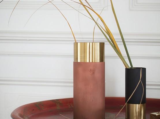 Beistelltisch mit Vasen