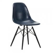 Vitra - Vitra Eames Fiberglass Side Chair DSW esdoorn zwart