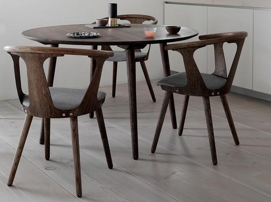 Kleiner runder Esstisch mit drei Stühlen