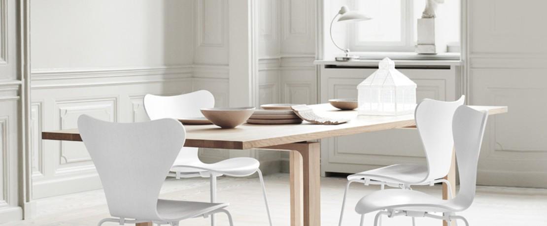 Fritz Hansen Serie 7 Kollektion weiße Stühle