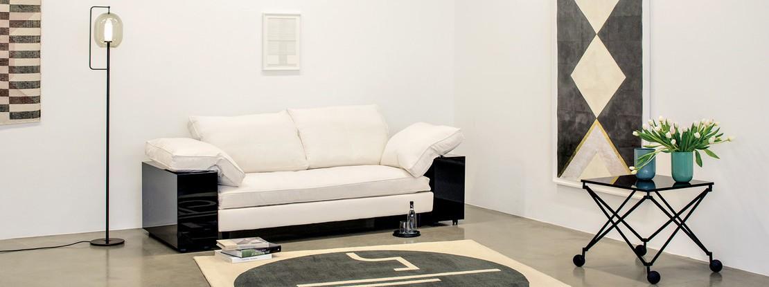Bank mit Teppich und Stehleuchte