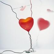 Ingo Maurer - One from the heart Tischlampe - schwarz/rot/3000 K