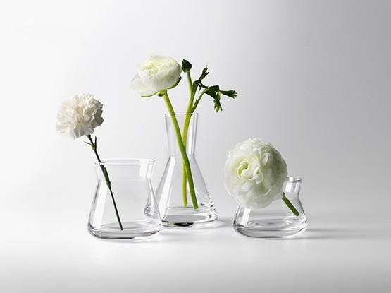 Drei Vasen mit Blumen