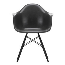 Vitra - Eames Fiberglass Armchair DAW esdoorn zwart