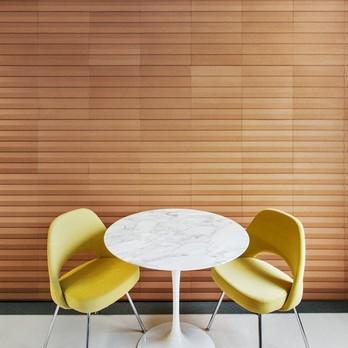 Zwei gelbe Stühle mit rundem Tisch