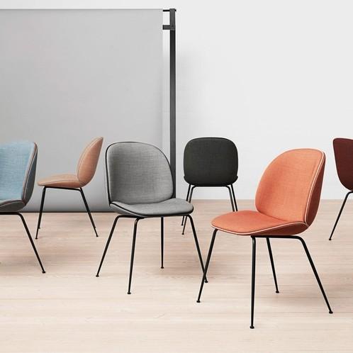 Gubi - Beetle Chair mit Stoff und Gestell schwarz