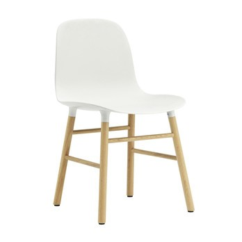 Normann Copenhagen - Form Stuhl Gestell Eiche  - weiß/Gestell Eiche natur/48x80x52cm