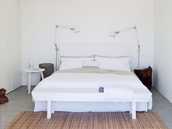 Bett mit Nachttisch und Leuchten