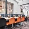 Gubi - Gubi Chair 1 Stuhl Kufengestell - orange/Gestell chrom/Sitzhöhe: 46cm